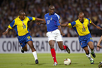 FOOTBALL - CONFEDERATIONS CUP 2003 - GROUP A - 030618 - FRANCE v COLUMBIA - OLIVIER KAPO (FRA) / JORGE LOPEZ / RUBEN VELASQUEZ (COL) - PHOTO GUY JEFFROY / DIGITALSPORT