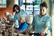 Nederland, Nijmegen, 22-9-2005..Leerlingen van VMBO het Kandinsky college verzorgen de lunch bij een wooncomplex voor ouderen als onderdeel van hun opleiding. Stage, stageplaatsen, verzorging, onderwijs, zorg, stageplek...Foto: Flip Franssen/Hollandse Hoogte