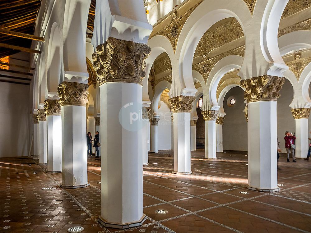 Arquerías, suelo de mosaico, y artesonado. Sinagoga de Santa María la Blanca, Toledo ©Country Sessions / PILAR REVILLA