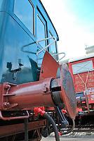 Le Ferrovie del Sud Est nascono in Puglia, nell'ottobre del 1931. A questà nuova società veniva dato in concessione l'insieme delle reti ferroviarie precedentemente gestite da diversi organismi (Società per le Ferrovie Salentine, Società per le Ferrovie Sussidiate, Ferrovie dello Stato)..Le aree pugliesi attraversate dalla società ferroviaria sono l'area barese, la fascia Taranto-Brindisi e l'area leccese-salentina, collegando fra loro i capoluoghi di Bari, Taranto e Lecce, nonché oltre 130 comuni delle province meridionali..Il reportage fotografico sulle Ferrovie Sud Est intende testimoniare l'evoluzione tecnologica che, durante gli anni, ha modificato e migliorato il servizio ferroviario e la convivenza del progresso con tracce del passato, attraverso un viaggio tra le stazioni e i depositi..Particolare dei respingenti di un treno Carminati.