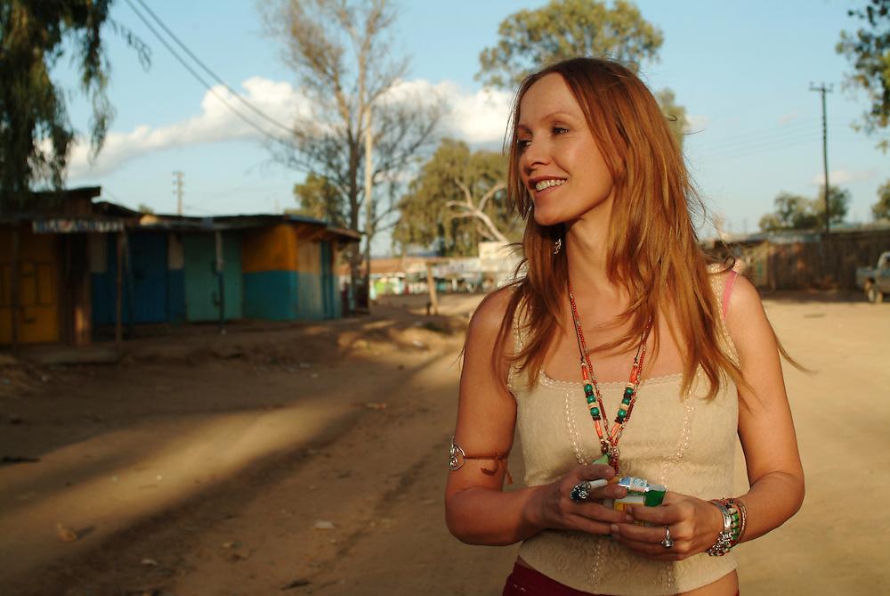 Katja Flint waehrend der Dreharbeiten zu Die Weisse Massai in Maralal, Nord Kenia, 2004. <br /> <br /> Katja Flint during the shooting of The White Massai in Maralal, Northern Kenya, 2004.