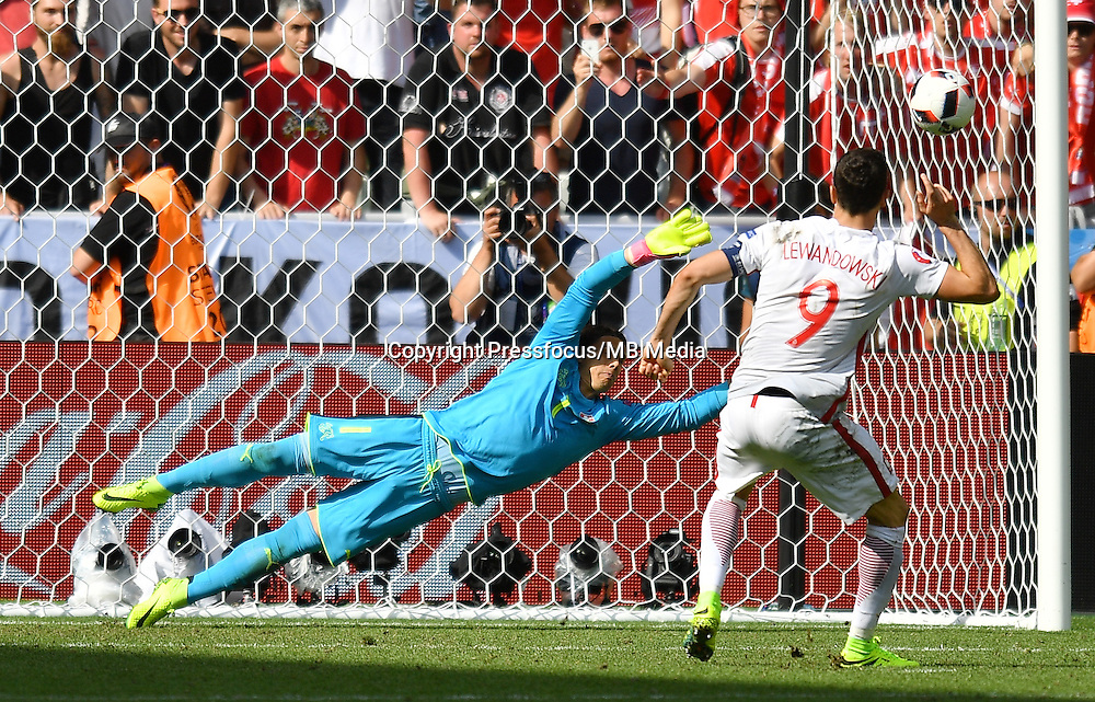 2016.06.25 Saint-Etienne<br /> Pilka nozna Euro 2016<br /> mecz 1/8 finalu Szwajcaria - Polska<br /> N/z konkurs rzutow karnych Yann Sommer Robert Lewandowski<br /> Foto Lukasz Laskowski / PressFocus<br /> <br /> 2016.06.25<br /> Football UEFA Euro 2016 <br /> Round of 16 game between Switzerland and Poland<br /> konkurs rzutow karnych Yann Sommer Robert Lewandowski<br /> Credit: Lukasz Laskowski / PressFocus
