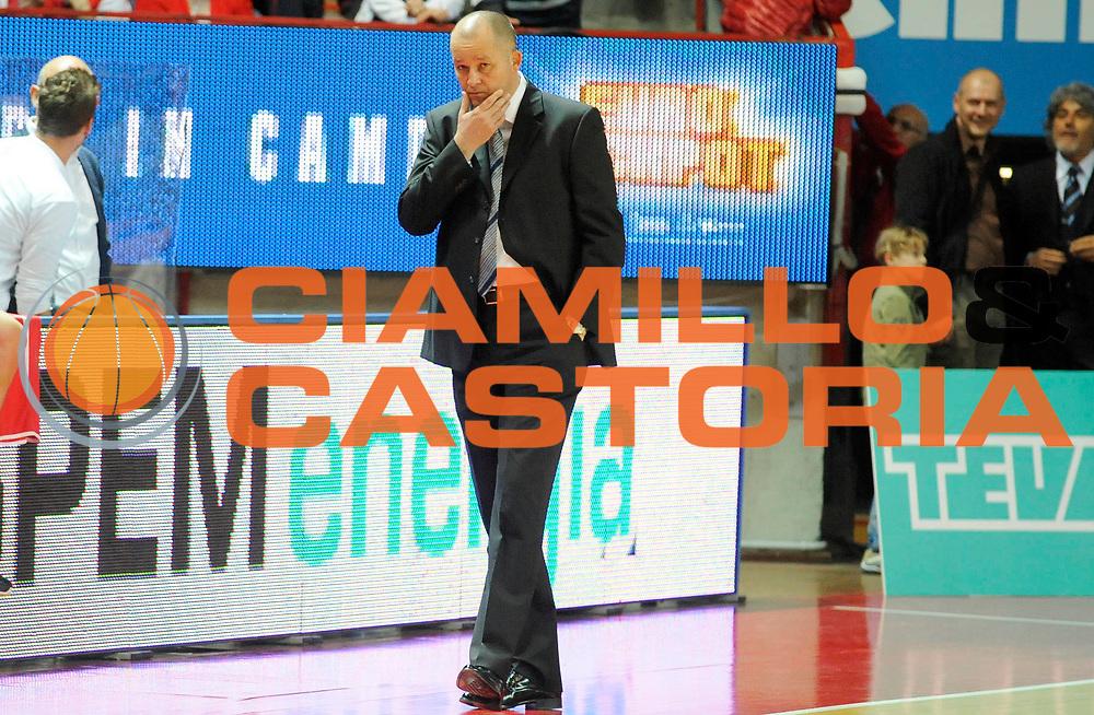 DESCRIZIONE : Varese Lega A 2012-13 Cimberio Varese Scavolini Banca Marche Pesaro<br /> GIOCATORE : Coach Zare Markovski<br /> SQUADRA : Scavolini Banca Marche Pesaro<br /> EVENTO : Campionato Lega A 2012-2013<br /> GARA :  Cimberio Varese Scavolini Banca Marche Pesaro<br /> DATA : 28/04/2013<br /> CATEGORIA : Coach Fair Play<br /> SPORT : Pallacanestro<br /> AUTORE : Agenzia Ciamillo-Castoria/A.Giberti<br /> Galleria : Lega Basket A 2012-2013<br /> Fotonotizia : Varese Lega A 2012-13 Cimberio Varese Scavolini Banca Marche Pesaro<br /> Predefinita :