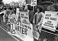 Members of the Federation of Dublin Anti-Water Charges protesting outside Rathfarnham Court, circa November 1995 (Part of the Independent Newspapers Ireland/NLI Collection).