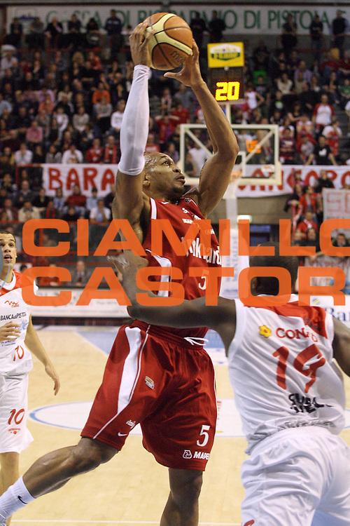 DESCRIZIONE : Pistoia Lega A2 2008-09 Carmatic Pistoia Trenkwalder Reggio Emilia<br /> GIOCATORE : McGowan Glen<br /> SQUADRA : Trenkwalder Reggio Emilia<br /> EVENTO : Campionato Lega A2 2008-2009<br /> GARA : Carmatic Pistoia Trenkwalder Reggio Emilia<br /> DATA : 29/03/2009<br /> CATEGORIA : Rimbalzo<br /> SPORT : Pallacanestro<br /> AUTORE : Agenzia Ciamillo-Castoria/Stefano D'Errico<br /> Galleria : Lega Basket A2 2008-2009 <br /> Fotonotizia : Pistoia Lega A2 2008-2009 Carmatic Pistoia Trenkwalder Reggio Emilia<br /> Predefinita :