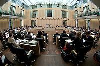 13 FEB 2004, BERLIN/GERMANY:<br /> Uebersicht Plenarsaal waehrend einer Bundesratsdebatte, Bundesrat<br /> IMAGE: 20040213-01-054<br /> KEYWORDS: Sitzung, Plenum, Plenarsaal, Saal, Übersicht