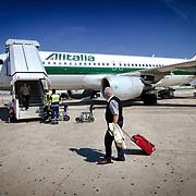 I passeggeri salgono a bordo di un volo Alitalia.<br /> Aeroporto Internazionale Leonardo da Vinci di Fiumicino Roma.