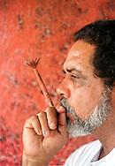 """EL ARTISTA GRAFICO CARMELO SOBRINO TRABAJA EN UNA DE LAS OBRAS DE SU PROXIMA EXPOSICION: """"CORTEZAS"""".(FOTO: WILFREDO GARCIA)"""