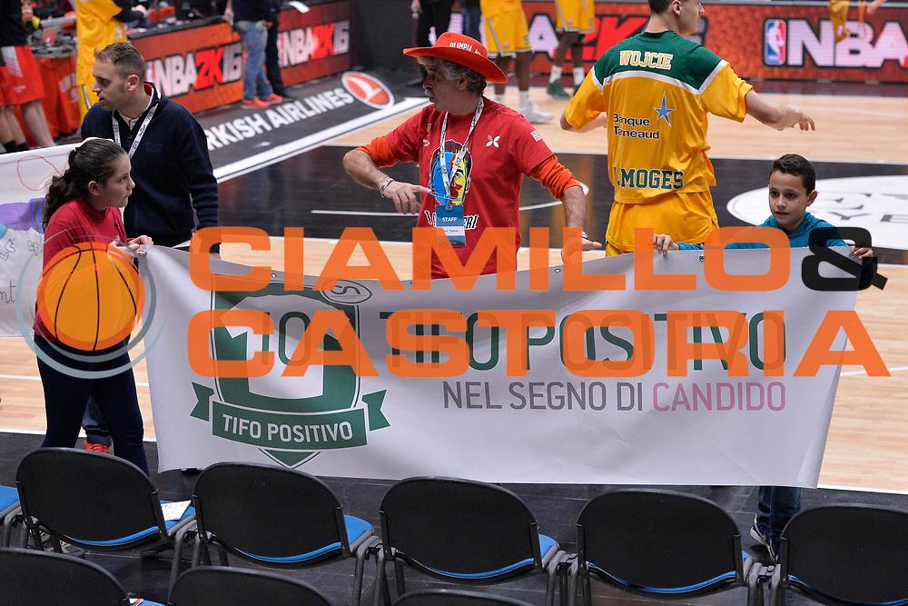 DESCRIZIONE : Eurolega Euroleague 2015/16 Olimpia EA7 Emporio Armani Milano Limoges Csp<br /> GIOCATORE : Tifo Positivo nel segno di Candido<br /> CATEGORIA : PreGame Curiosita<br /> SQUADRA : Olimpia EA7 Emporio Armani Milano<br /> EVENTO : Eurolega Euroleague 2015/2016 GARA : Olimpia EA7 Emporio Armani Milano vs Limoges Csp<br /> DATA : 18/12/2015 <br /> SPORT : Pallacanestro <br /> AUTORE : Agenzia Ciamillo-Castoria/I.Mancini