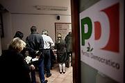ROMA. CITTADINI IN FILA IN UNO DEI SEGGI ELETTORALI ALLESTITI PER LE PRIMARIE DEL PARTITO DEMOCRATICO