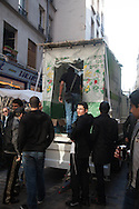 France. Paris 4th district. le Marais, rue des rosiers, Lubavitch jews. jews pray in Souca truk in the street des rosiers for soucoth celebrations:/  Paris le marais, fete de soucoth rue des rosiers, un camion surmonté d'une cabanne sert de lieu de priere