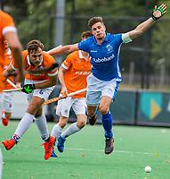 BLOEMENDAAL - Sander de Wijn (Kampong)  met links Manu Stockbroekx (Bldaal) tijdens de derde en beslissende finale van de play-offs om de Nederlandse titel. COPYRIGHT  KOEN SUYK