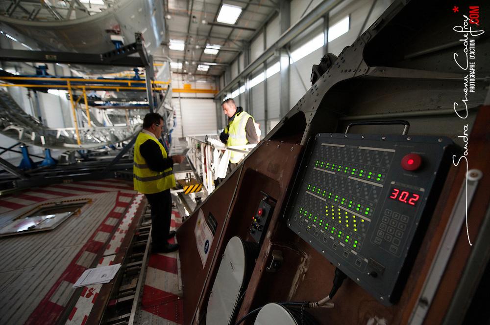 Une journ&eacute;e de rotation avec l' avion de transport A300-600ST Beluga  num&eacute;ro 1 de Airbus Transport International (ATI) entre Toulouse, M&eacute;aulte et Saint Nazaire.<br /> D&eacute;cembre 2013 / Toulouse - M&eacute;aulte - Saint Nazaire / FRANCE