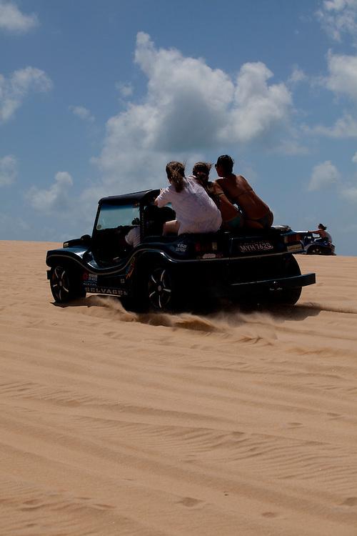 Extremoz_RN, Brasil...Na foto, passeio de buggy nas dunas de Genipabu em Extremoz, Rio Grande do Norte...The buggy ride in Genipabu dunes in Extremoz, Rio Grande do Norte...Foto: LEO DRUMOND / NITRO