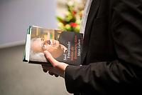 """DEU, Deutschland, Germany, Berlin, 18.10.2017: Das Buch """"Wohin die Erinnerung führt"""" des Historikers Prof. Dr. Saul Friedländer bei einer Veranstaltung mit dem Historiker in der Friedrich Ebert Stiftung."""