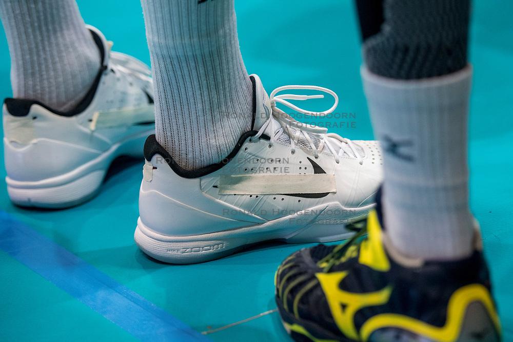 18-08-2017 NED: Oefeninterland Nederland - Italië, Doetinchem<br /> De Nederlandse volleybal mannen spelen hun eerste oefeninterland van twee in SaZa topsporthal tegen Italie als laatste voorbereiding op het EK in Polen / Kay van Dijk #12 op afgeplakte Nike schoenen