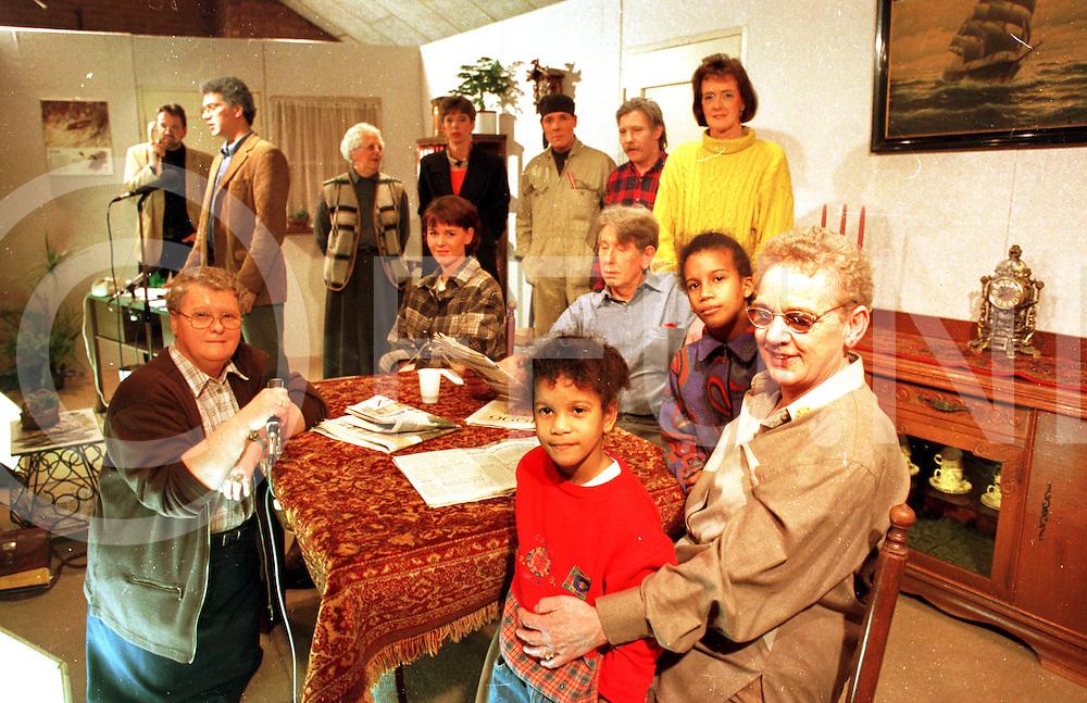 013197 rheeze ned.toneel vereniging thor hedi met wv lenters en twee kinderen uit dominikaanse republiek (r)....foto frank uijlenbroek©1997