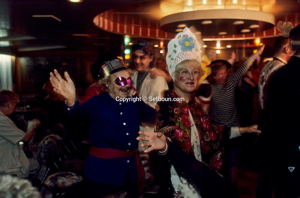 Cruise on the Volga river; from Astrakhan to: Moscow /// passengers. masked bal  Moskow  Russia     /// Croisiere sur la Volga de Astrakhan à Moscou /// les passagers a bord du Belinski /// bal masqué  Moscou  Urss   ///     L0007123  /  R20203  /  P108138