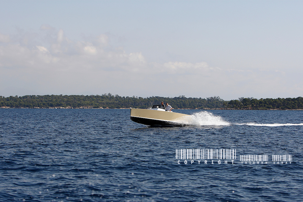 Smartboat 23. New powerboat generation. Less Power, less wave, less noise, less fuel, more respect
