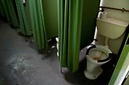 Kleine Toiletten ohne Türen, Beine ausstrecken unm&ouml;glich: Die Situation im Bunker ist<br /> nicht nur furchtbar, sie ist menschenunwürdig.