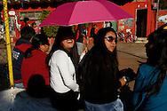 FEIRA DA KANTUTA - Frequentadores da feira boliviana na praça Kantuka, no bairro Canindé, em São Paulo. 26/06/2016