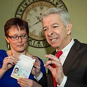 Hoofddorp 12-03-2014. In het bijzijn van de burgemeester van Haarlemmermeer, Theo Weterings, reikte minister Plasterk van Binnenlandse Zaken en Koninkrijksrelaties vanmorgen het nieuwe paspoort uit aan inwoner van Hoofddorp, mevrouw Van Gelder-Hartman. Dit nieuwe paspoort is, net als de nieuwe identiteitsbewijzen, tien jaar geldig in plaats van vijf jaar. Op de foto: mevrouw Van Gelder-Hartman en minister Plasterk.