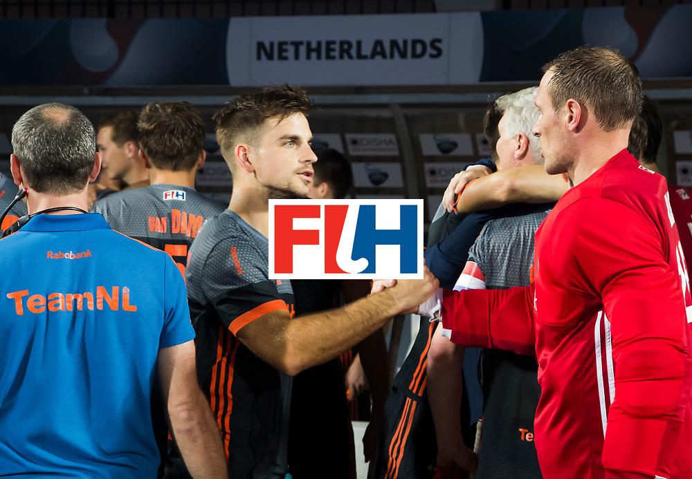 BHUBANESWAR - Tristan Algera (Ned) met keeper Pirmin Blaak (Ned)  voor de Hockey World League Final wedstrijd Belgie-Nederland (3-0).   COPYRIGHT KOEN SUYK