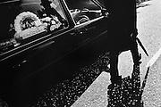 Lurgan, Ulster. Obsèques de Bernadette Martin, jeune catholique amoureuse d'un protestant, victime de la punition d'une milice.