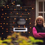 NLD/Blaricum/20061209 - Anita Meyer en partner Martin Bosboom versieren de tuin met kerstverlichting