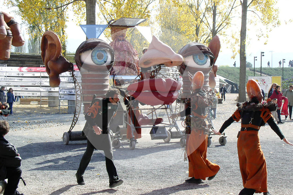 SCHWEIZ - YVERDON-VES-BAINS - Performance an der Expo.02 Artenlage Yverdon-les-Bains, 6. Schweizer Landesausstellung - 12. Oktober 2002 © Raphael Hünerfauth - http://huenerfauth.ch