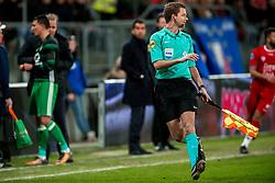 24-01-2018 NED: FC Utrecht - Feyenoord, Utrecht<br /> Utrecht speelt 1-1 gelijk tegen Feyenoord / Grensrecht struikelt bij de behandeling van Feyenoord midfielder Steven Berghuis #19