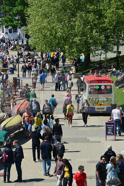 © Licensed to London News Pictures. 27/05/13. London. UK. People enjoy the bank holiday sunshine in Richmond, Surrey today 27th May 2013. Photo credit : Stephen Simpson/LNP