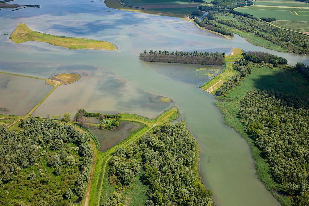 Nederland, Brabant, Gemeente Werkendam, 12-06-2009; Polder Noordwaard in de Biesbosch, onderdeel van 'Ruimte voor de Rivier' (bescherming tegen hoogwater door rivierverruiming). Door het gedeeltelijke afgraven van de dijken zijn in- en uitstroomopeningen in de Merwededijk gemaakt. Ten gevolge van deze maatregelen zijn landerijen (gedeeltelijk) onder water komen te staan. Bij hoge waterstanden wordt het water door het nieuw ontstane doorstroomgebied van de Nieuwe Merwede afgeleid en zo westelijk mogelijk afgevoerd, richting Hollandsch Diep (buiten beeld). De kans op overstromingen in de bovenloop van de rivier is hierdoor kleiner..Polder Noordwaard (part of Biesbosch National Park), part of the program 'Space for the River' (protection against high water by means of creating space for the rivers). Because the dike next to the river has been partly excaveted, entrances for the water of the river have been made. As a consequence the former polder can now store water and allows the river to flood more easily downstream (direction of the Northsea). These measures dimishes the risk of floods further upstream at high water in the winter  .luchtfoto (toeslag), aerial photo (additional fee required).foto/photo Siebe Swart