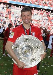 18.05.2019, Allianz Arena, Muenchen, GER, 1. FBL, FC Bayern Muenchen vs Eintracht Frankfurt, 34. Runde, Meisterfeier nach Spielende, im Bild Thomas Müller mit Meisterschale // during the celebration after winning the championship of German Bundesliga season 2018/2019. Allianz Arena in Munich, Germany on 2019/05/18. EXPA Pictures © 2019, PhotoCredit: EXPA/ SM<br /> <br /> *****ATTENTION - OUT of GER*****