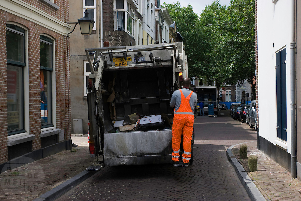 Oranje pak van de vuilnisman