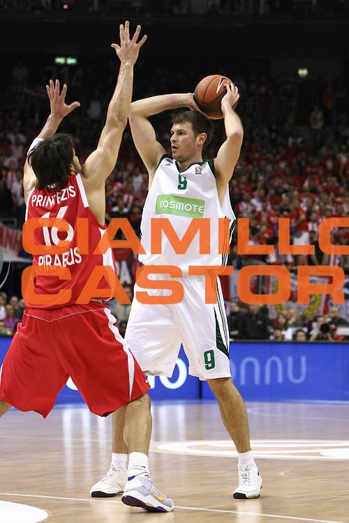 DESCRIZIONE : Berlino Eurolega 2008-09 Final Four Semifinale Olimpiacos Panathinaikos Atene<br /> GIOCATORE : Antonis Fotsis<br /> SQUADRA : Panathinaikos Atene <br /> EVENTO : Eurolega 2008-2009 <br /> GARA : Olimpiacos Panathinaikos Atene<br /> DATA : 01/05/2009 <br /> CATEGORIA : Passaggio<br /> SPORT : Pallacanestro <br /> AUTORE : Agenzia Ciamillo-Castoria/C.De Massis