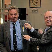 NLD/Huizen/20110429 - Lintjesregen 2011, Andries Honing en burgemeester Fons Hertog