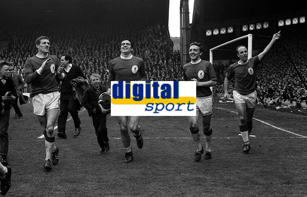Fotball<br /> England historie<br /> Foto: Colorsport/Digitalsport<br /> NORWAY ONLY<br /> <br /> Ron Yeats (Liverpool) with trophy leads the lap of honor with Peter Thompson (right) and Ronnie Moran (far right). Willie Stevenson (left).18/4/64 , Liverpool v Arsenal