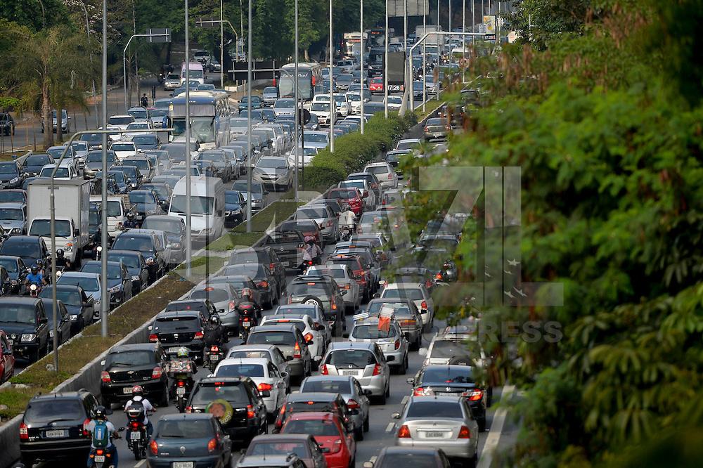 SÃO PAULO, SP, 31.10.2014 – TRÂNSITO EM SÃO PAULO: Trânsito na Av. 23 de Maio, próximo ao Parque do Ibirapuera, zona sul de São Paulo na tarde desta sexta feira. (Foto: Levi Bianco / Brazil Photo Press).