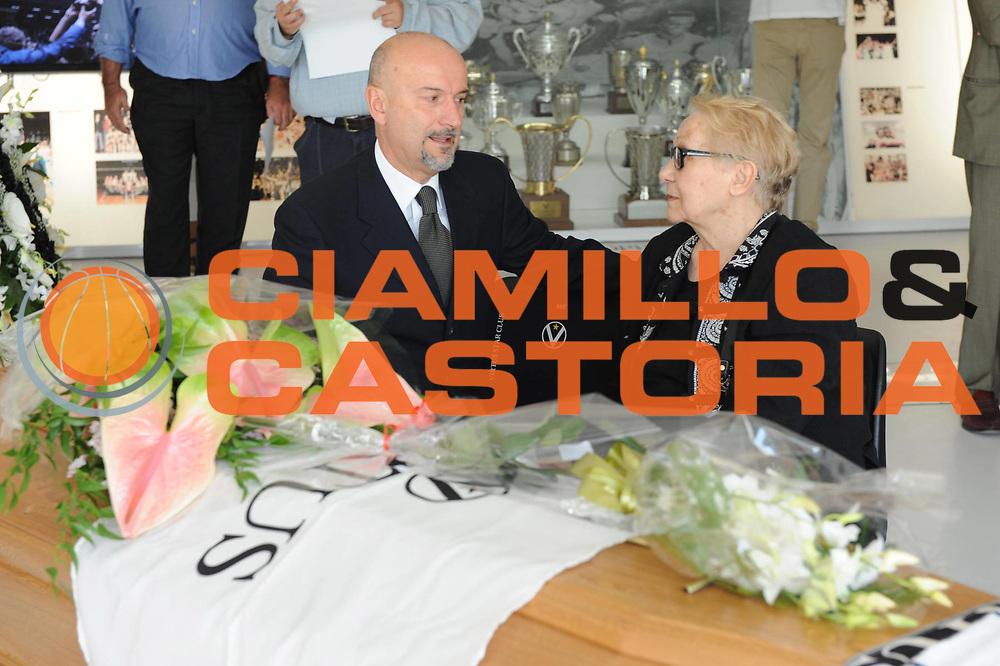 DESCRIZIONE : Bologna Lega A 2009-10 Virtus Forza Bologna Camera Ardente alla Futurshow Station per Gianluigi Porelli<br /> GIOCATORE : Giordano Consolini Paola Porelli<br /> SQUADRA : <br /> EVENTO : Campionato Lega A 2009-2010 <br /> GARA : <br /> DATA : 06/09/2009<br /> CATEGORIA : <br /> SPORT : Pallacanestro <br /> AUTORE : Agenzia Ciamillo-Castoria/M.Marchi<br /> Galleria : Lega Basket A 2009-2010 <br /> Fotonotizia : Bologna Campionato Italiano Lega A 2009-2010 Virtus Forza Bologna Camera Ardente alla Futurshow Station per Gianluigi Porelli<br /> Predefinita :