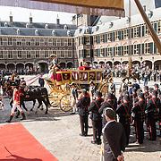 NLD/Den Haag/20170919 - Prinsjesdag 2017, Glazen koets komt aan bij ridderzaal
