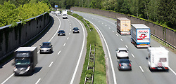 THEMENBILD - die stark befahrene A12 Inntalautobahn an einem Frühlingstag, aufgenommen am 25. Mai 2016, Innsbruck, Österreich // busy a12 inntal motorway on a sunny spring day in Innsbruck, Austria on 2016/05/25. EXPA Pictures © 2016, PhotoCredit: EXPA/ Jakob Gruber