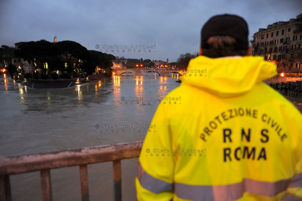 Roma 12 Dicembre 2008.Il fiume Tevere in piena per le piogge all'Isola  Tiberina..Rome 8 December 2008.The river Tiber in flood  for the rains, the Tiberina  Island.