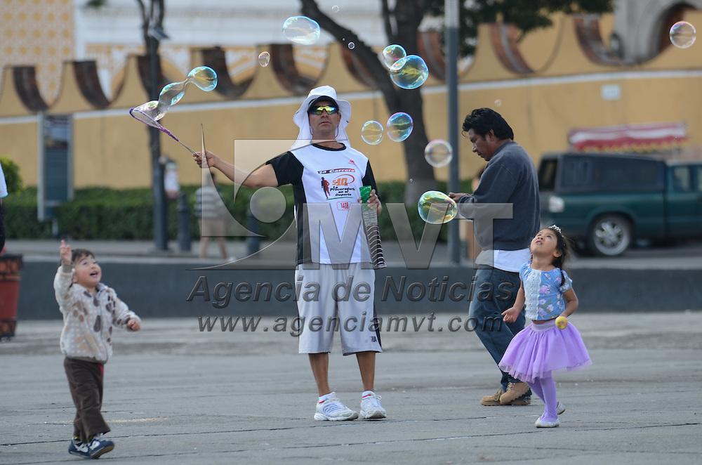 Toluca, México (Septiembre 3, 2016).- Ninos y niñas se diverten por las tarde persiguiendo pompas de jabón en la plaza Angel Maria Garibay. Agencia MVT / Arturo Hernández.