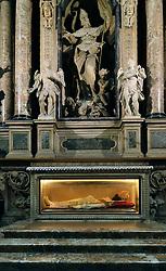 29.11.2013, Mailand, ITA, Architektur in Mailand, Mailand ist bekannt für historisch bedeutsame Bauwerke, im Bild Innenaufnahme Grabmal fueŸr Kardinal, glaeŠserner Sarg im MailaeŠnder Dom aufgenommen am 15 11 2013 // interior shot at Mailaender Dom, Mailand, Italy on 2013/11/15. EXPA Pictures © 2013, PhotoCredit: EXPA/ Eibner/ Eckhard Eibner<br /> <br /> *****ATTENTION - OUT of GER*****