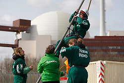 Aktivisten der Umweltschutzorganisationen Robin Wood und ContrAtom besetzen das Atomkraftwerk Brunsbüttel an der Elbe. Sie protestieren damit gegen die Energiepolitik der schwarz-gelben Bundesregierung. <br /> <br /> Ort: Brunsbüttel<br /> Copyright: Andreas Conradt<br /> Quelle: PubliXvewinG
