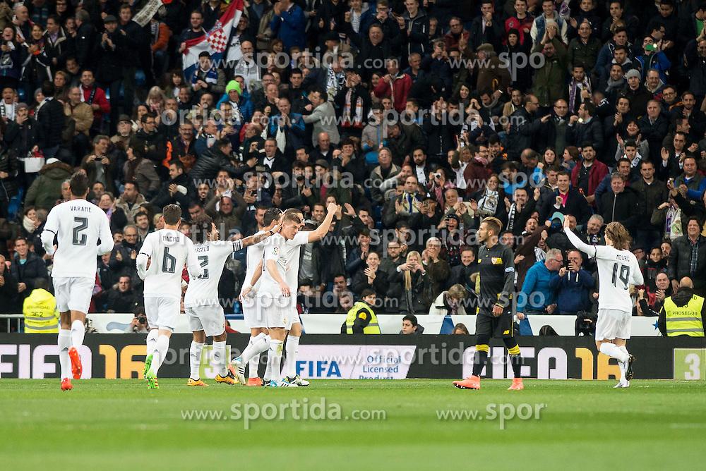 20.03.2016, Estadio Santiago Bernabeu, Madrid, ESP, Primera Division, Real Madrid vs Sevilla FC, 30. Runde, im Bild Real Madrid's players celebrating a goal // during the Spanish Primera Division 30th round match between Real Madrid and Sevilla FC at the Estadio Santiago Bernabeu in Madrid, Spain on 2016/03/20. EXPA Pictures &copy; 2016, PhotoCredit: EXPA/ Alterphotos/ Borja B.Hojas<br /> <br /> *****ATTENTION - OUT of ESP, SUI*****