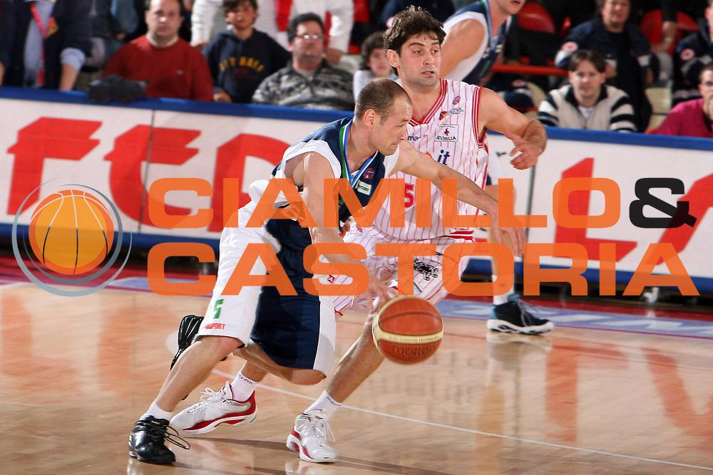 DESCRIZIONE : Teramo Lega A1 2005-06 Navigo.it Teramo BT Roseto<br /> GIOCATORE : Busca<br /> SQUADRA : BT Roseto<br /> EVENTO : Campionato Lega A1 2005-2006 <br /> GARA : Navigo.it Teramo BT Roseto<br /> DATA : 15/04/2006 <br /> CATEGORIA : Palleggio<br /> SPORT : Pallacanestro <br /> AUTORE : Agenzia Ciamillo-Castoria/E.Castoria