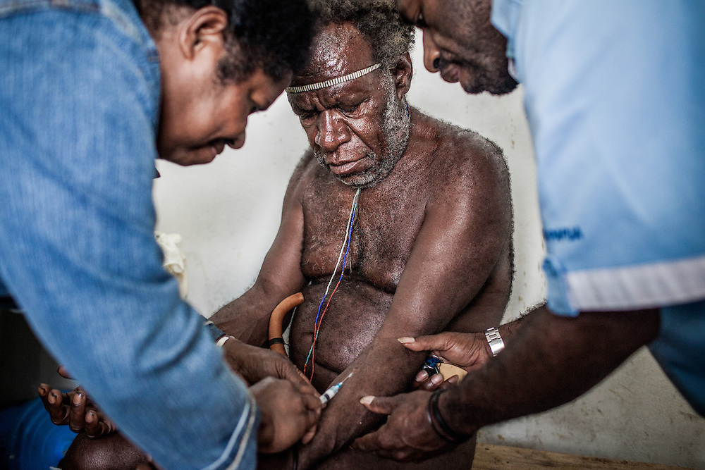 A man wearing the traditional Papuan attire from the village Asolo Gaima located 40km from Wamena is getting tested for Sexual Transmitted Disease (STD) at the public health clinic.<br />