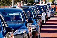 ijs drive in Intermezzo  in tilburg het is extreem druk mensen staan uren in de rij voor een ijsje